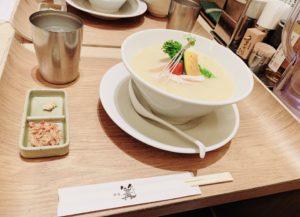ポケモントレーナーみゆきが食べる前の梅田の「銀座 篝」の鶏白湯SOBA